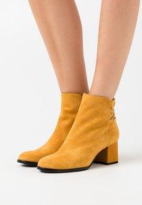 s.Oliver BLACK LABEL - Boots à talons - saffron - 0