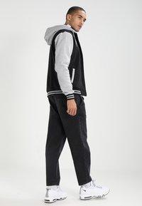 Urban Classics - 2-TONE ZIP HOODY - Zip-up hoodie - black/grey - 2