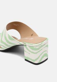 Monki - T-bar sandals - green dusty light - 5