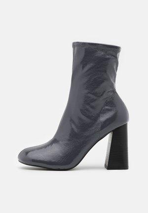 BRODY STRETCH SOCK BOOT - Kotníkové boty - grey