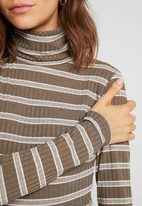 Missguided - PURPOSEFUL STRIPED TURTLE NECK BODYSUIT - Topper langermet - khaki - 5