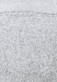 Vila - VIROLFIE TIE BELT DRESS - Pletené šaty - light grey melange - 2