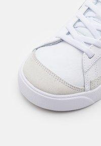 Nike Sportswear - BLAZER '77 UNISEX - Baskets basses - white/black/team orange - 5