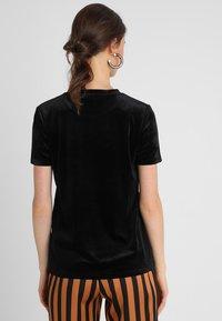KIOMI - Print T-shirt - black/black - 2