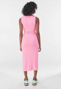 Bershka - MIT CUT-OUTS AN DER SEITE - Jersey dress - pink - 2