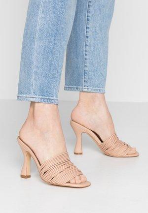 MAE - Pantofle na podpatku - nude