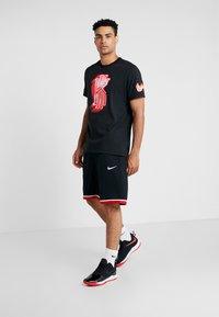 Nike Performance - KYRIE IRVING DRY TEE LOGO - Print T-shirt - black - 1