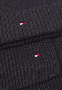 Tommy Hilfiger - BEANIE SCARF UNISEX SET - Scarf - charcoal gray - 4