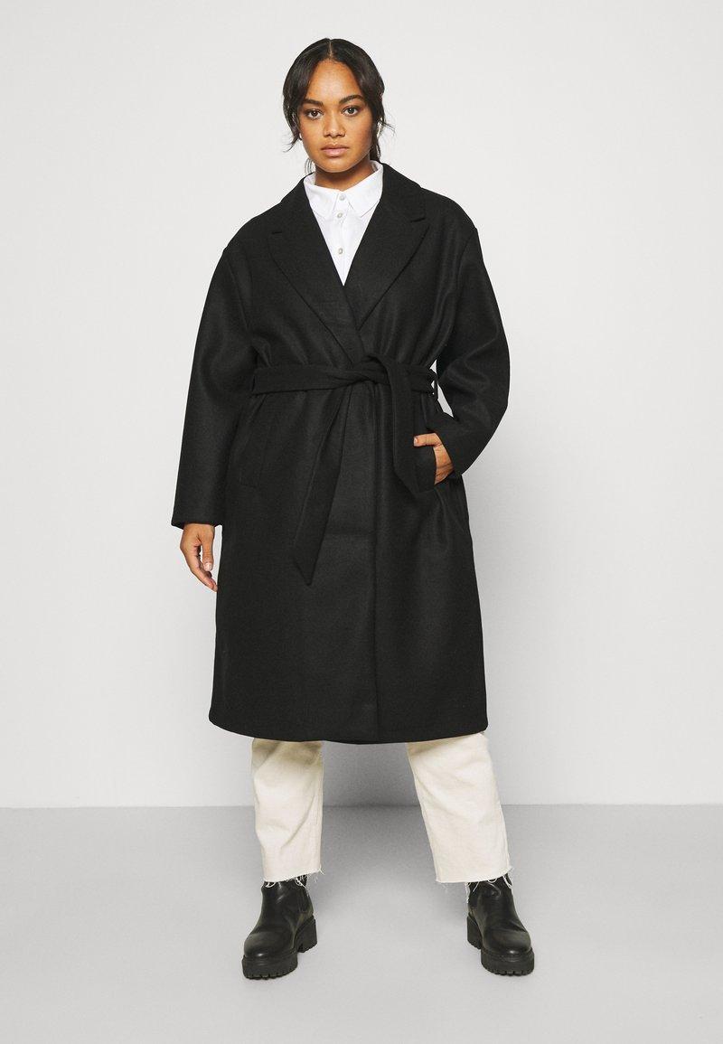 Vero Moda Curve - VMFORTUNE LONG - Klasyczny płaszcz - black