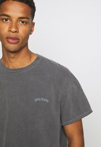 BDG Urban Outfitters - TEE UNISEX - T-shirts - washed black - 4