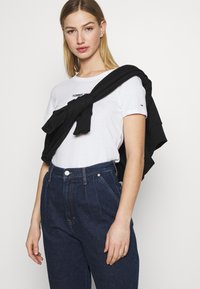 Tommy Jeans - FLAG TEE - Printtipaita - white - 4