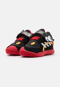 adidas Performance - ACTIVEPLAY MICKEY UNISEX - Sportschoenen - core black/footwear white/scarlet red