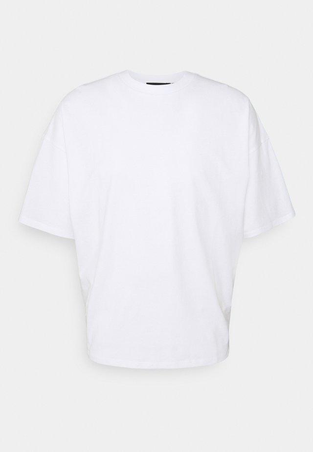 NU-IN x AZIZ LERN BOXY OVERSIZED - T-shirts - white