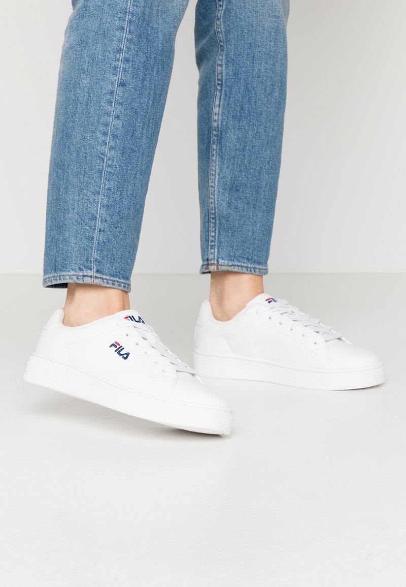 Fila - UPSTAGE  - Sneakersy niskie - white