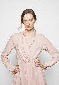 Victoria Victoria Beckham - DRAPED FLUID CADY MINI DRESS - Denní šaty - petal pink - 5