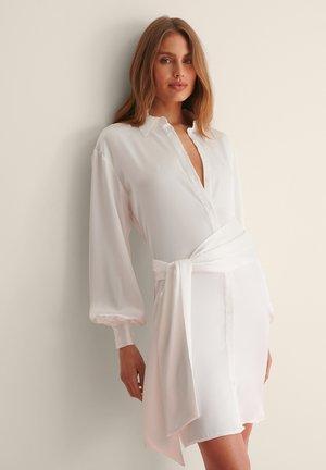 FRONT KNOT SATIN SHIRT DRESS - Blousejurk - white