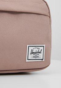 Herschel - CHAPTER - Kosmetická taška - ash rose - 2