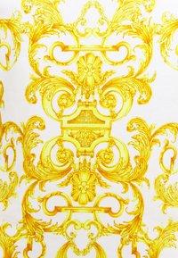 Versace Jeans Couture - LADY - T-shirt z nadrukiem - optical white - 6