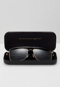Alexander McQueen - SUNGLASS MAN  - Sunglasses - gold-coloured/grey - 3