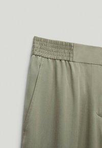 Massimo Dutti - MIT BUNDFALTEN  - Pantalon classique - green - 5