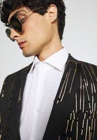 Twisted Tailor - SAGRADA SUIT - Completo - black/gold - 7