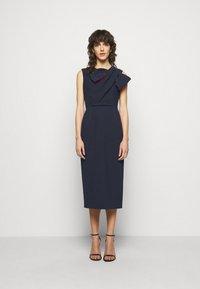 Roksanda - FLANDRE DRESS - Pouzdrové šaty - midnight/sangria - 0
