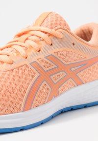ASICS - PATRIOT 11 - Zapatillas de running neutras - summer dune/shocking orange - 2