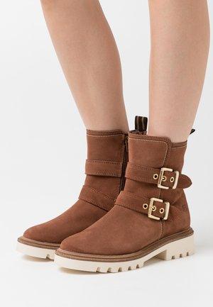 BOOTS - Kotníkové boty - cognac