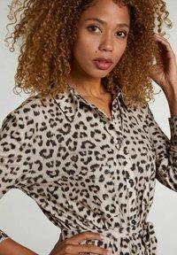 Oui - Shirt dress - light grey camel - 2