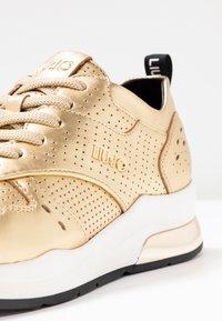 Liu Jo Jeans - KARLIE - Sneakers - metallic light gold - 2