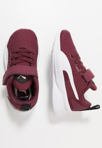 Puma - FLYER RUNNER UNISEX - Neutral running shoes - burgundy/white/pale pink - 0