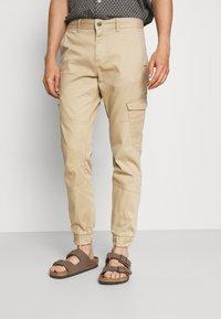 TOM TAILOR DENIM - JOGGER - Cargo trousers - beach sand - 0