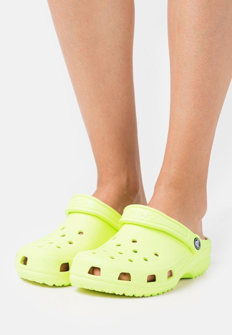 Crocs - CLASSIC - Mules - lime zest