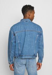 Levi's® - STAY LOOSE TRUCKER UNISEX - Denim jacket - med indigo - 2