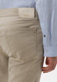 BRAX - STYLE CHUCK - Straight leg jeans - beige - 4
