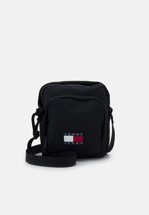 URBAN TECH REPORTER - Across body bag - black