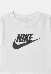 Nike Sportswear - CROP FUTURA - Camiseta estampada - white/black - 2