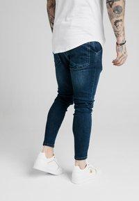 SIKSILK - SKINNY  - Jeans Tapered Fit - indigo - 4