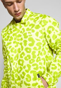 HUF - LEOPARD COACH JACKET - Summer jacket - hot lime - 4