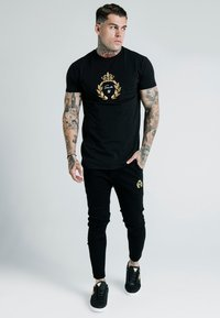 SIKSILK - DANI ALVES EMBOSSED FITTED BOX TEE - Print T-shirt - black - 0