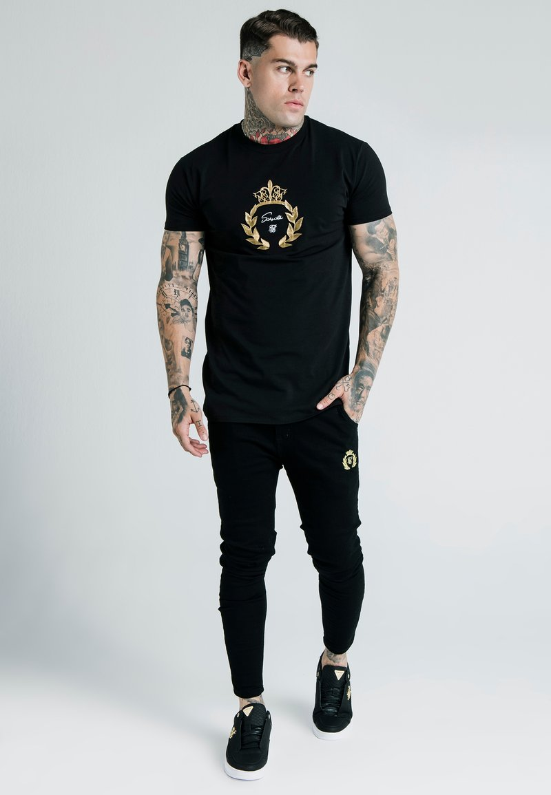 SIKSILK - DANI ALVES EMBOSSED FITTED BOX TEE - Print T-shirt - black