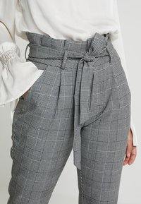 Vero Moda Petite - PAPER BAG CHECK PANT - Kalhoty - grey/white - 3