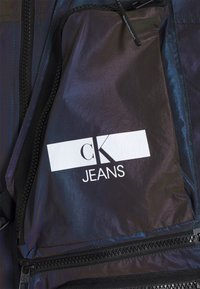 Calvin Klein Jeans - TECHNICAL 2 IN 1 UTILITY JACKET - Väst - purple - 5