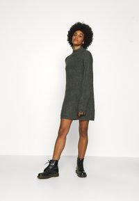 Noisy May - NMEDEN HIGH NECK DRESS  - Strikket kjole - dark grey melange - 1