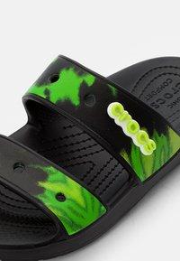 Crocs - CLASSIC CROCS TIEDYE - Sandały kąpielowe - black/lime punch - 5