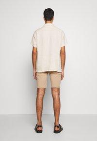 Bruuns Bazaar - DENNIS POUL - Shorts - beige - 2