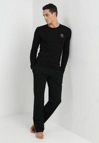 Versace - GIROCOLLO - Haut de pyjama - black - 1