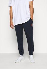 Jack & Jones - JJIGORDON JJSHARK - Teplákové kalhoty - navy blazer - 0