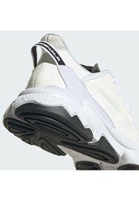 adidas Originals - OZWEEGO HELMET CLOSED SHOES - Trainers - ftwwht/cwhite/cblack - 6