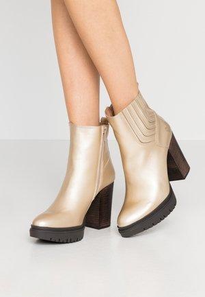 JANICE - Kotníková obuv na vysokém podpatku - metal oro opaco